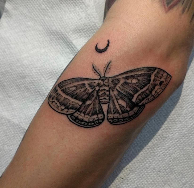 blackwork moth by hank kuya tattoonow. Black Bedroom Furniture Sets. Home Design Ideas